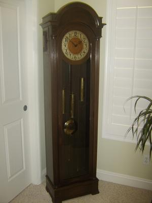 Early Colonial Mfg. Co. hall clock